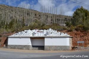 Maqueta en la entrada del pueblo de Soportujar